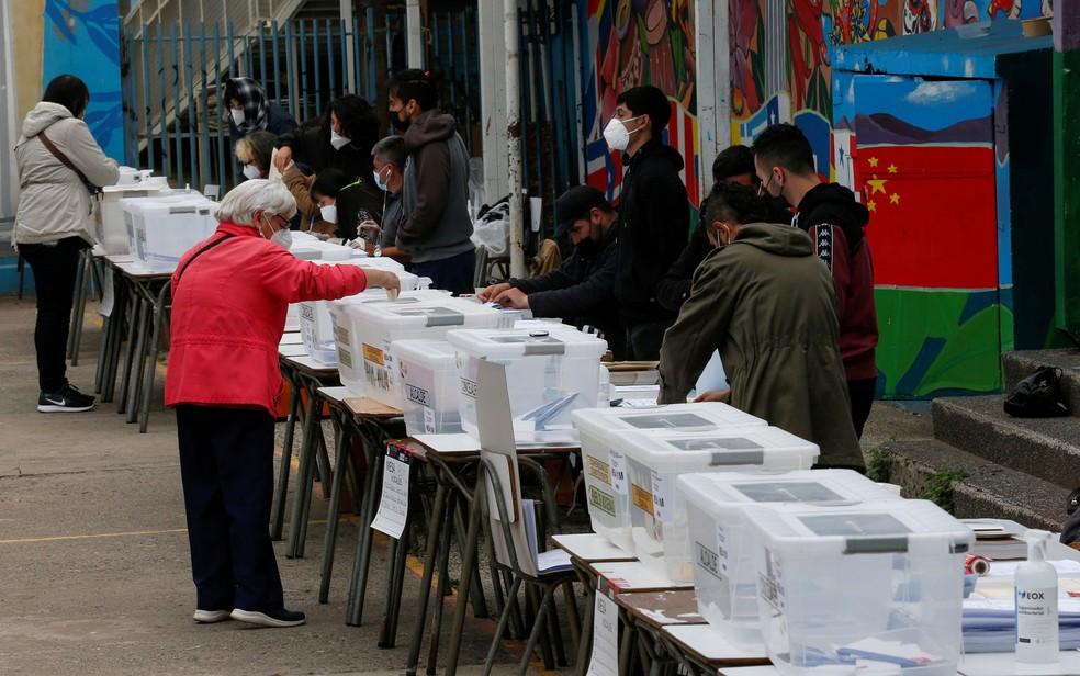 Mulher vota em eleições em Valparaiso, no Chile, no sábado (15) — Foto: Reuters/Rodrigo Garrido