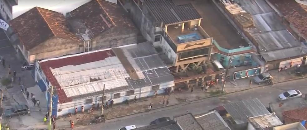 Fila para desbloqueio do auxílio emergencial e saque do FGTS em Rocha Miranda, na Zona Norte do Rio — Foto: Reprodução/TV Globo