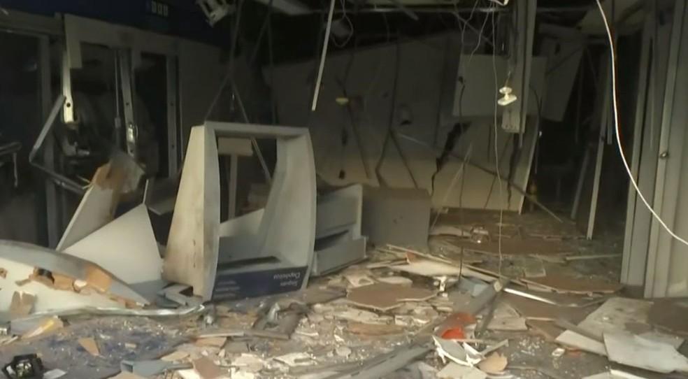 Agência bancária é explodida e rodoviários são feitos reféns no bairro de Pau da Lima, em Salvador — Foto: Reprodução/TV Bahia