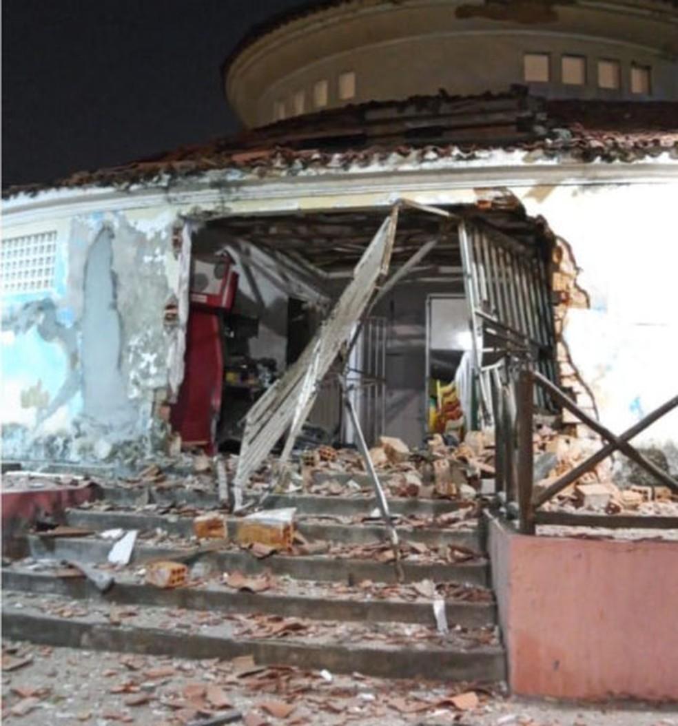 Caixa eletrônico é explodido no Mercado Municipal de Itaparica, região de Salvador — Foto: Reprodução/TV Bahia