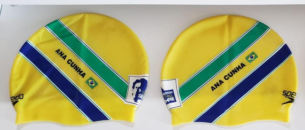 Toucas imitam o icônico capacete de Ayrton — Foto: Divulgação