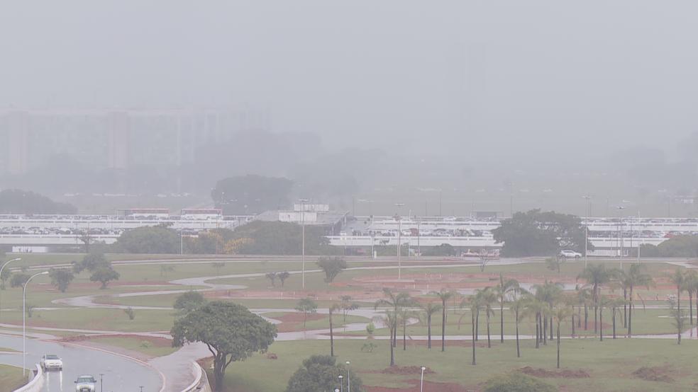 Congresso Nacional 'some' durante chuva forte em Brasília (Foto: TV Globo/Reprodução)