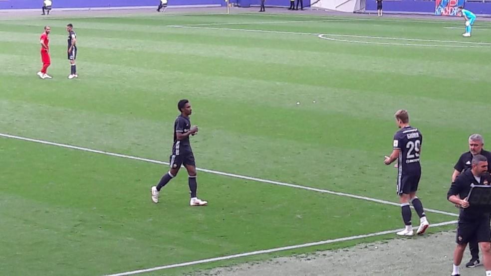 Vitinho é substituído durante amistoso do CSKA; atacante ficou irritado (Foto: Fabio Aleixo)