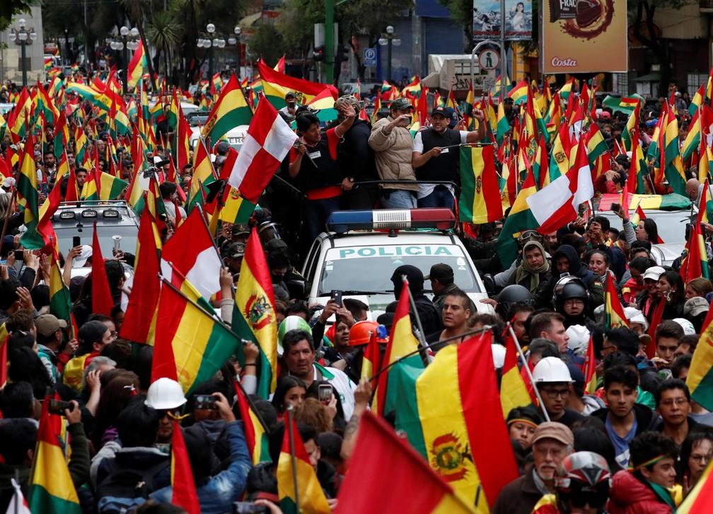 Imagem da comemoração da renúncia de Evo Morales, em La Paz, no dia 10 de novembro de 2019; Luis Fernando Camacho, um líder da oposição, comemora os manifestantes — Foto: Carlos Garcia Rawlins/Reuters