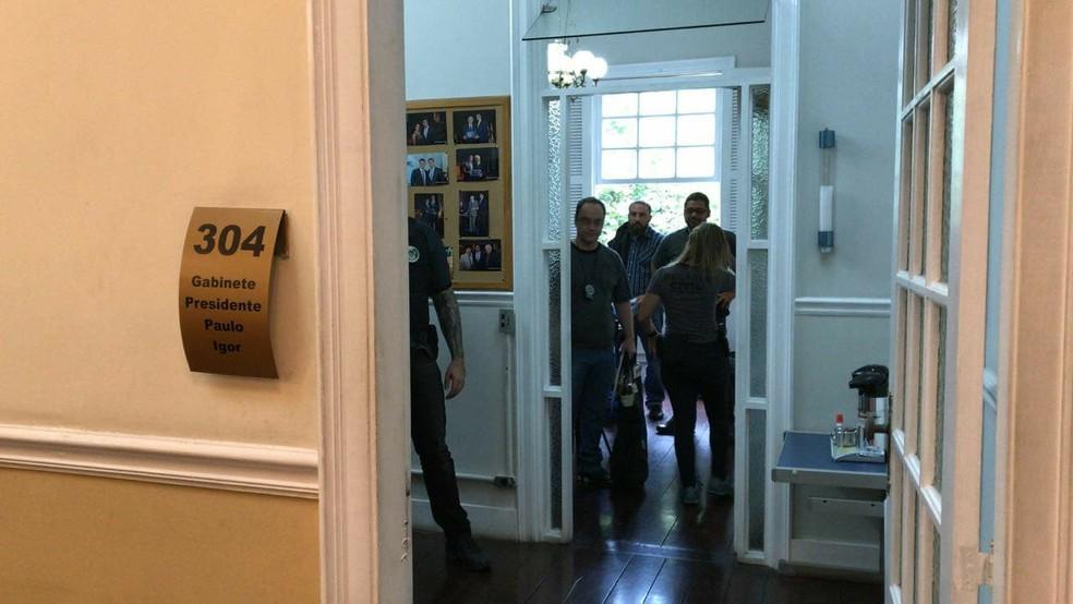 Polícia recolhe computadores e materiais que serão analisados na investigação (Foto: Maria Valente/ Inter TV)
