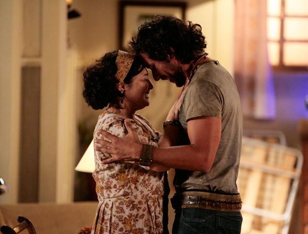 Em 'Flor do Caribe', Lino  (José Henrique Ligabue) tem um reencontro emocionante com a mãe, Maria Adília (Inez Viana) — Foto: Globo