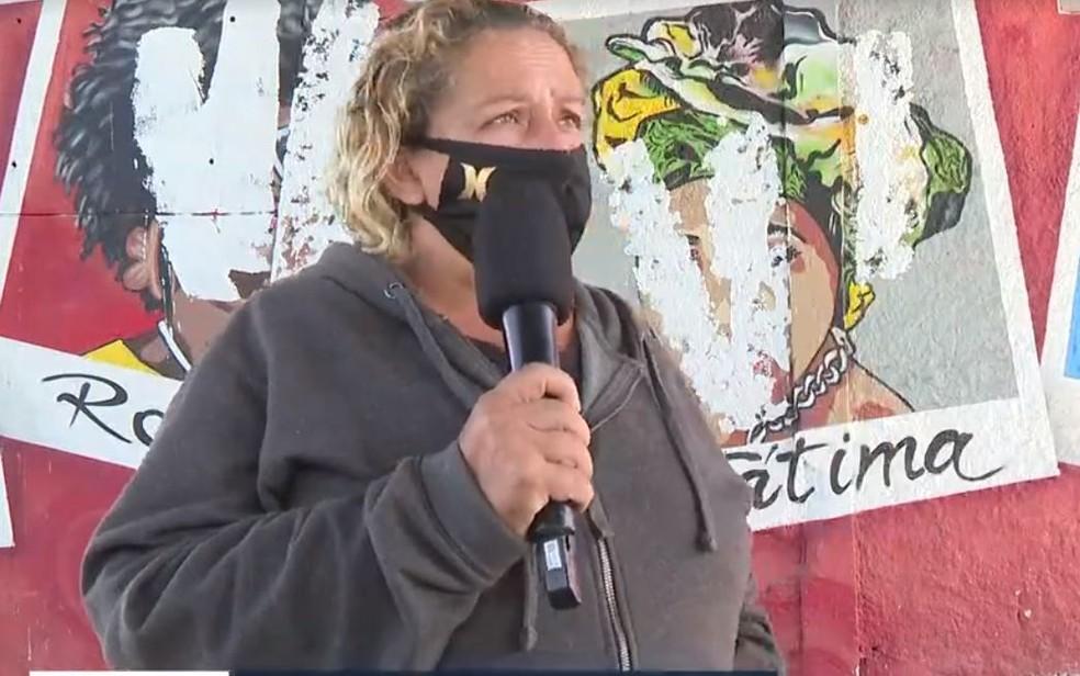 Vendedora ambulante diz ter visto o momento em que um homem desceu de um carro para vandalizar o mural. — Foto: Reprodução/TV Globo