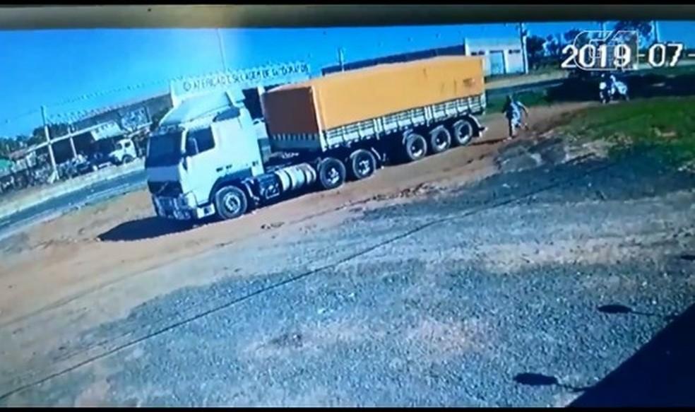 Câmeras de segurança registraram o momento em que uma carreta se movimenta desgovernada às margens da BR-376, em Paranavaí — Foto: Neide Oenning/Arquivo pessoal