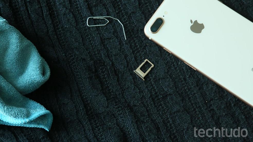 Após tirar o celular da água, desmonte e seque o aparelho com um pano (Foto: Luciana Maline/TechTudo)