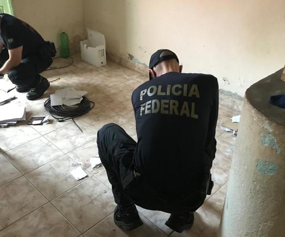Policiais federais durante o cumprimento de mandados da Operação Promus, nesta sexta-feira (22) — Foto: Polícia Federal/Divulgação