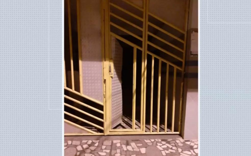 Porta de imóvel vizinho ficou danificada pelos explosivos — Foto: Reprodução/TV Bahia