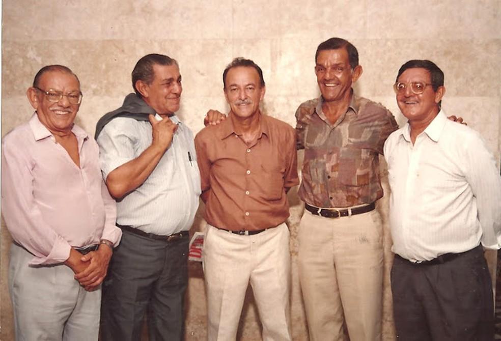 No museu, em 1993, o jornalista Lauthenay Perdigão (centro) recebe os irmãos Santa Rosa: Wilson, Luiz, Dida e Edson — Foto: Arquivo Museu dos Esportes