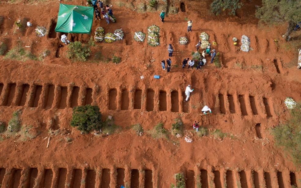 Imagem aérea feita nesta quinta-feira (30) mostra covas abertas no cemitério de Vila Formosa, na Zona Leste de SP — Foto: Andre Penner/AP