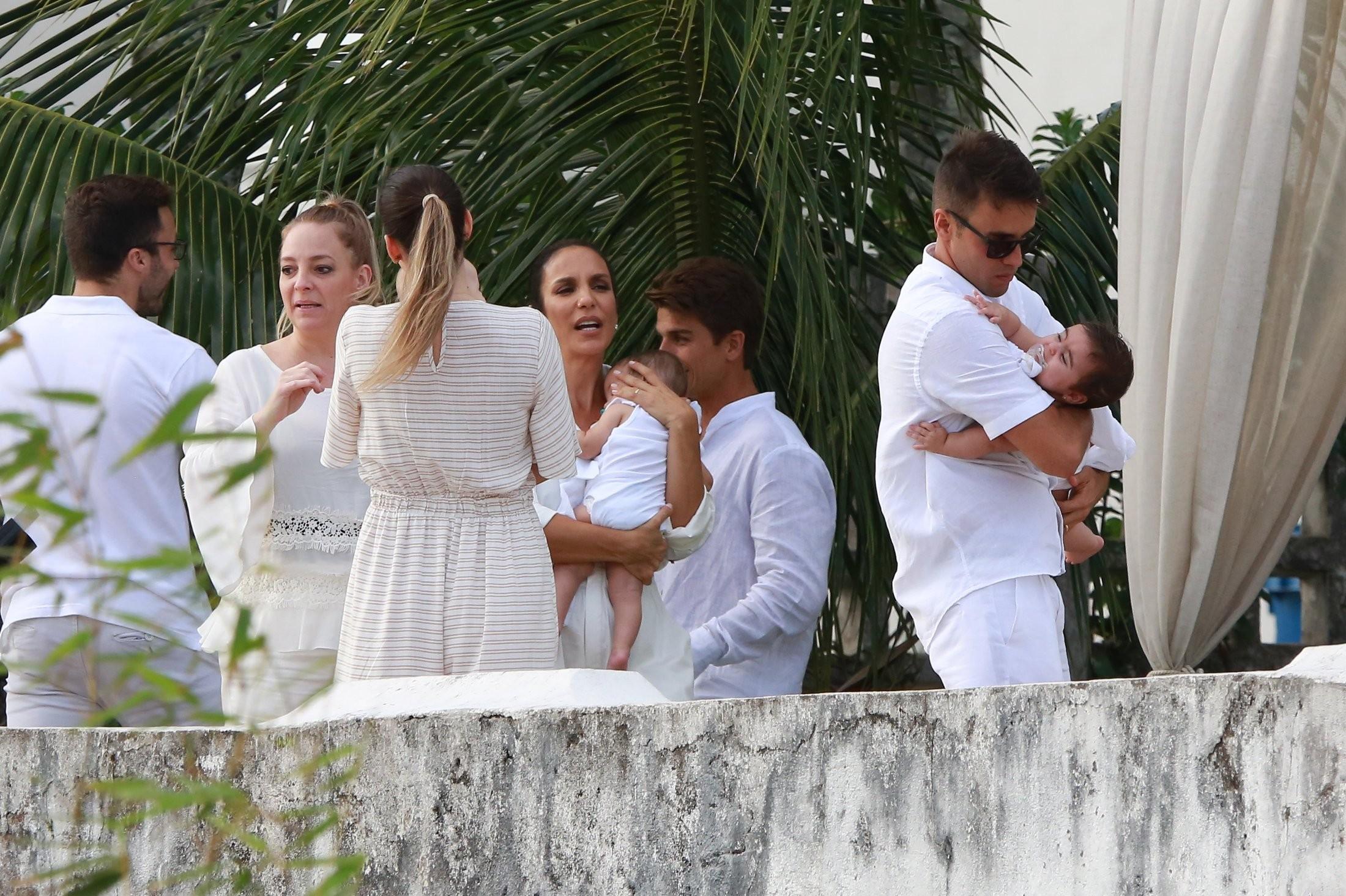 Ivete Sangalo e Daniel Cady com Marina e Helena (Foto: Agnews)
