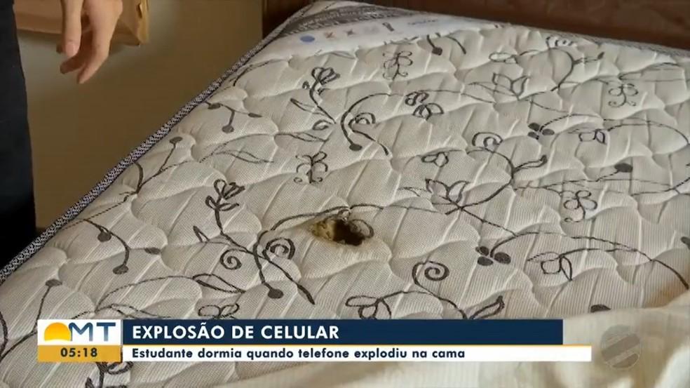 A cama ficou com um buraco causado pela explosão e pelo fogo — Foto: TVCA