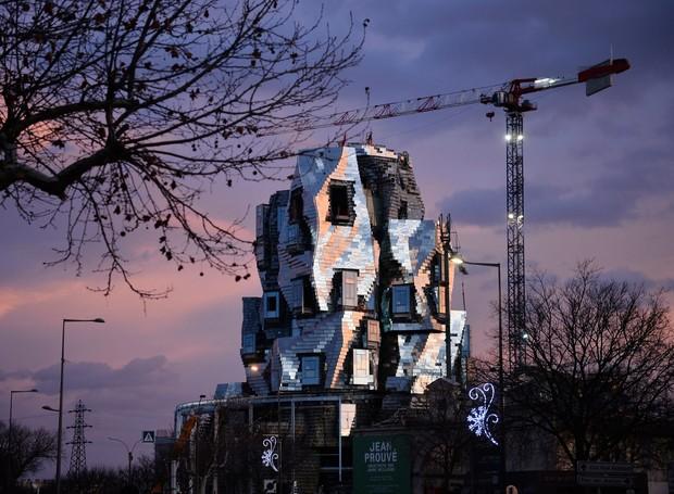 O centro de arte ainda está em construção e será inaugurado em 2020. A ideia central é dar espaço à designers e artistas para criar inovações (Foto: Hervé Hôte/ Deezen/ Reprodução)