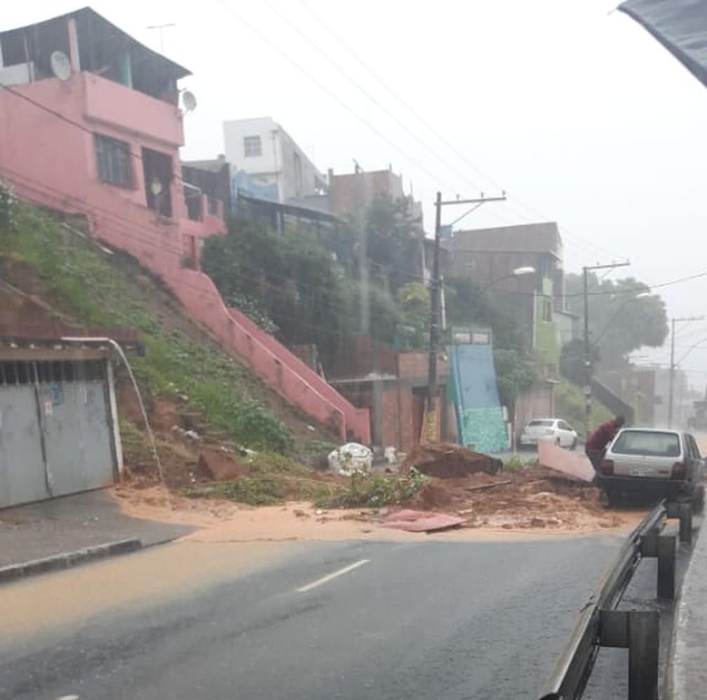 Desmoronamento de terra na Ladeira do Cacau, em Salvador — Foto: Redes sociais