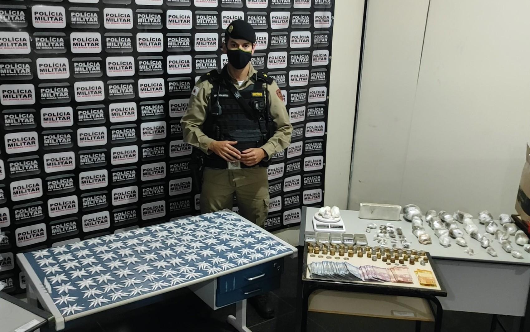 Polícia apreende microtubos de cocaína, buchas de maconha e loló em Passos, MG
