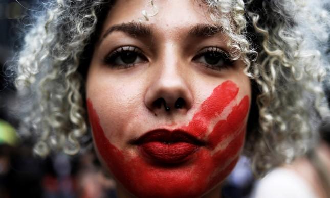Manifestante em protesto pelo fim da violência contra as mulheres em São Paulo