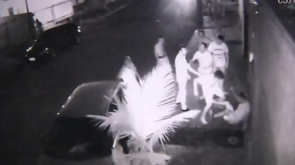 Depois do atropelamento, homem foi detido por moradores da região — Foto: RPC/Divulgação