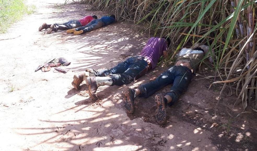 Suspeitos foram flagrados durante a caça (Foto: Divulgação/Polícia Ambiental)