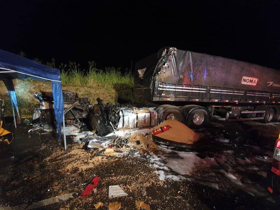 Batida entre duas carretas deixou um motorista gravemente ferido, na PR-317 — Foto: Divulgação/Corpo de Bombeiros
