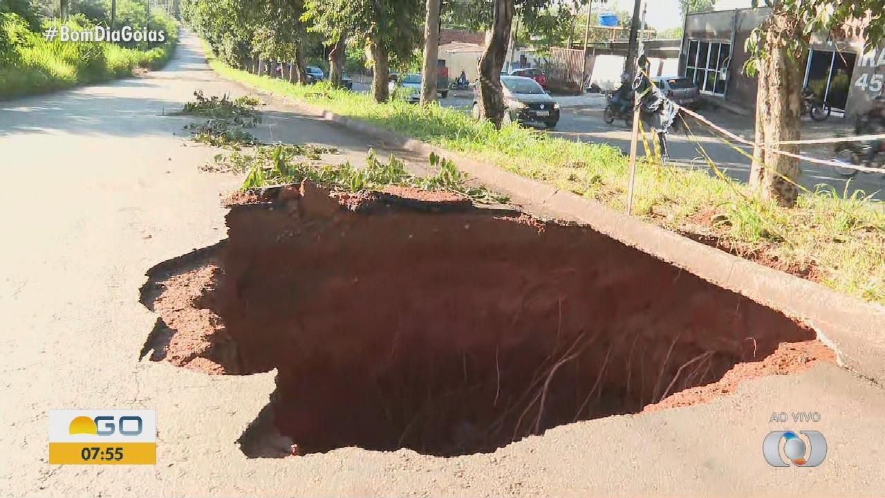 Chuva abre grande buraco em rua do Parque Atheneu, em Goiânia