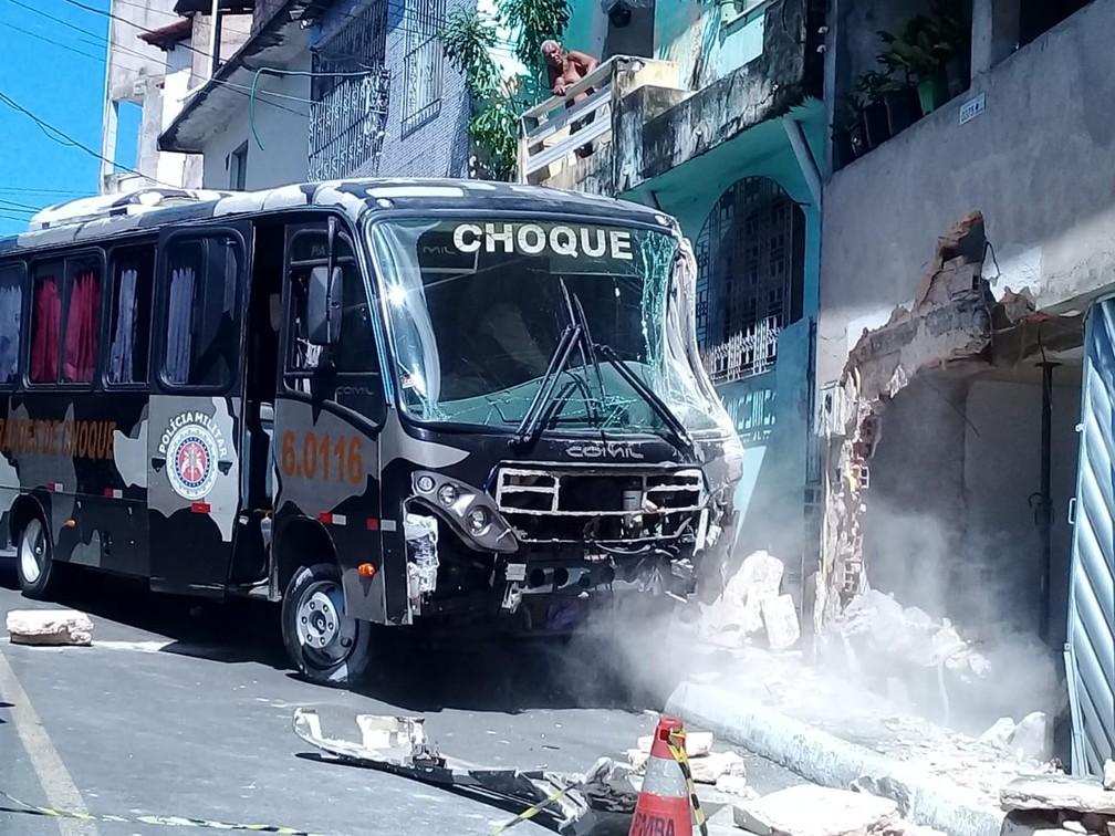 Micro-ônibus da PM ao ser retirado de imóvel na manhã desta segunda-feira (15), em Salvador â?? Foto: Cid Vaz/TV Bahia