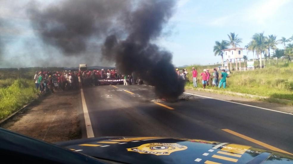 Manifestantes bloqueiam BR-101, entre as cidades de Itamaraju e Teixeira de Freitas, na região sul da Bahia, na tarde desta sexta-feira (Foto: Divulgação/PRF)