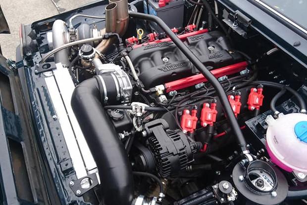 Motor V8 recebeu alterações pesadas, incluindo um enorme turbo (Foto: Reprodução)