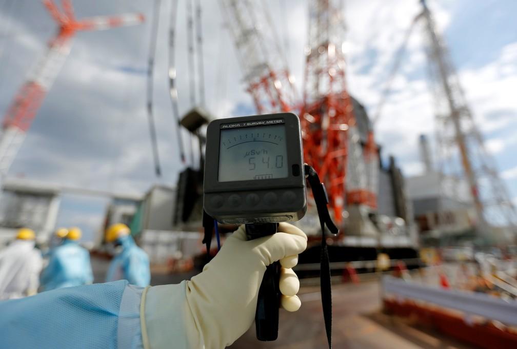 Contador Geiger mostra nível de radiação em 54 microsievert por hora em um dos reatores nucleares da usina de Fukushima, no Japão, em foto de 2019 — Foto: Issei Kato/Reuters