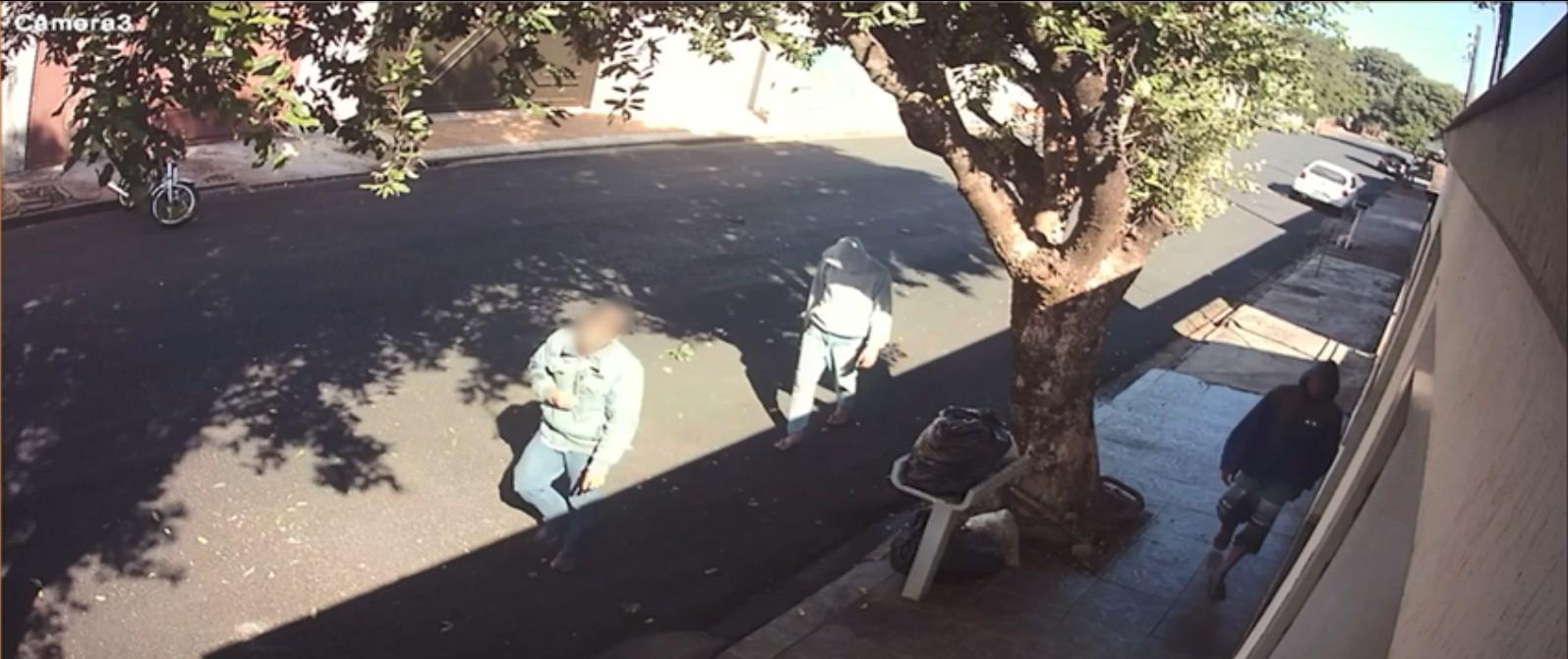 Mulher é assaltada durante reunião de trabalho online e chefe aciona a polícia; suspeitos foram presos