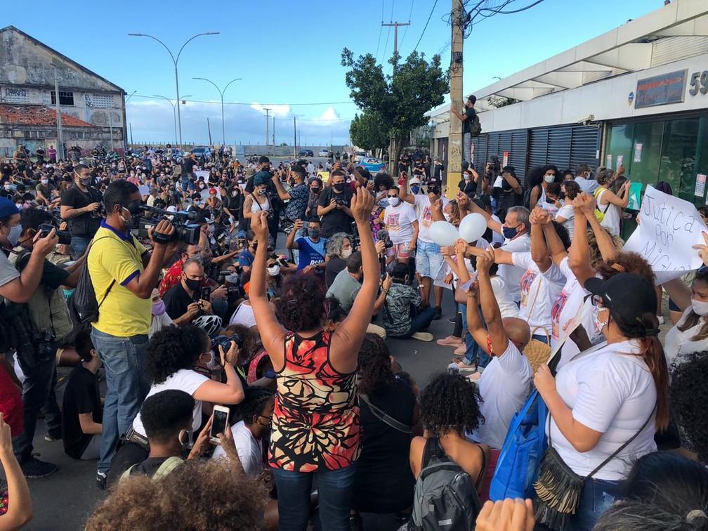 Família de Miguel se reuniu, nesta sexta (5), na frente das Torres Gêmeas, onde Miguel Otávio, de 5 anos, caiu, na terça (2) — Foto: Pedro Alves/G1