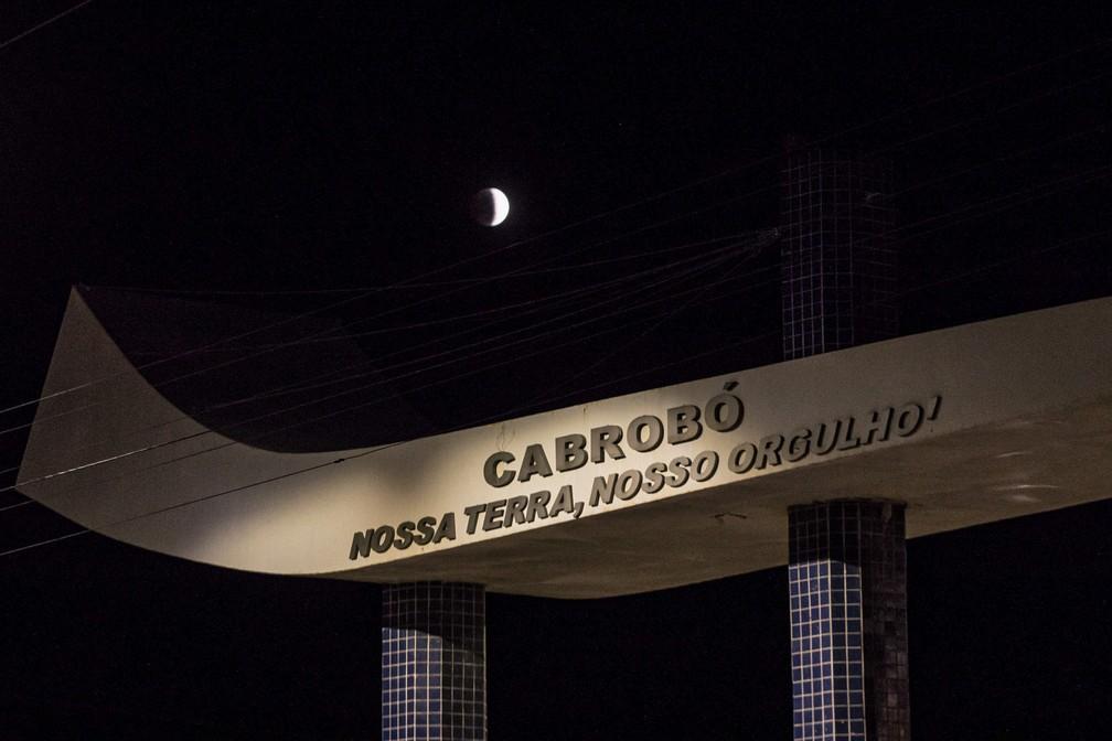 O eclipse lunar parcial é visto de Cabrobó (PE) na noite desta terça-feira (16) — Foto: Celso Tavares/G1