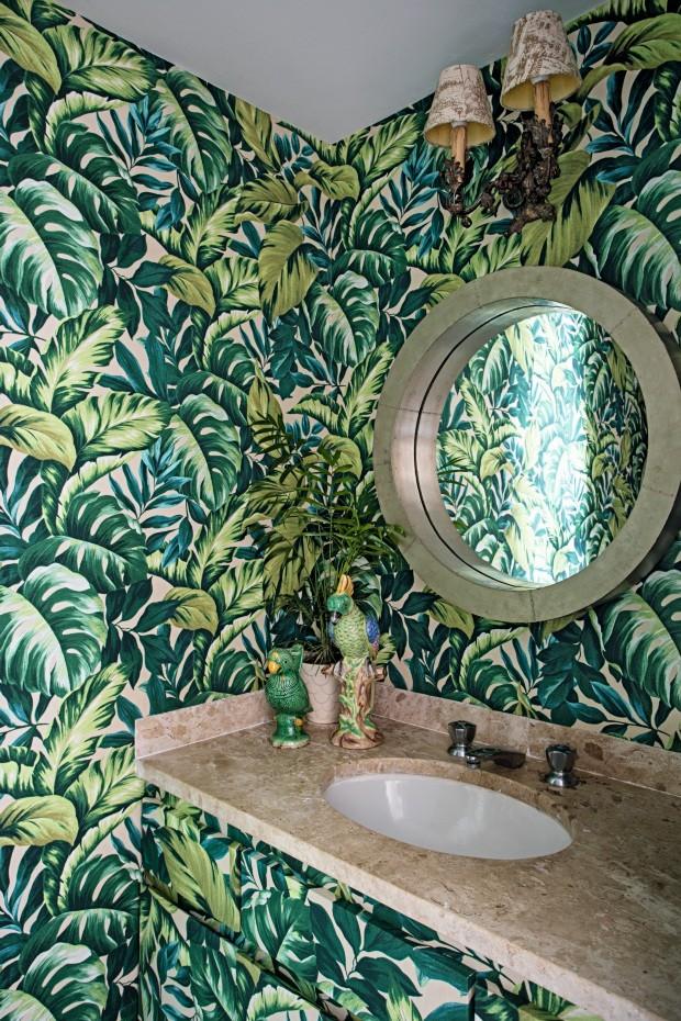 Lavabo. Tecido impermeável da Karsten reveste paredes e gabinete. O espelho é indiano, e as arandelas são antigas (Foto: Gui Morelli / Editora Globo)