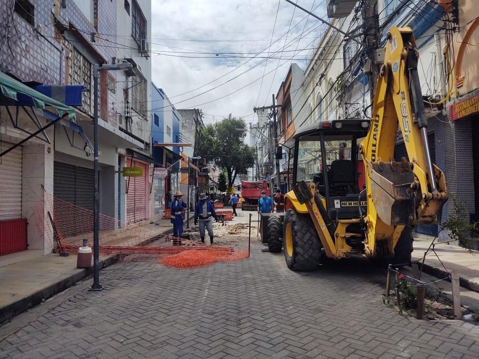 Máquinas atuam na Rua Henrique Martins, após cratera se abrir no local — Foto: Eliana Nascimento/G1 AM