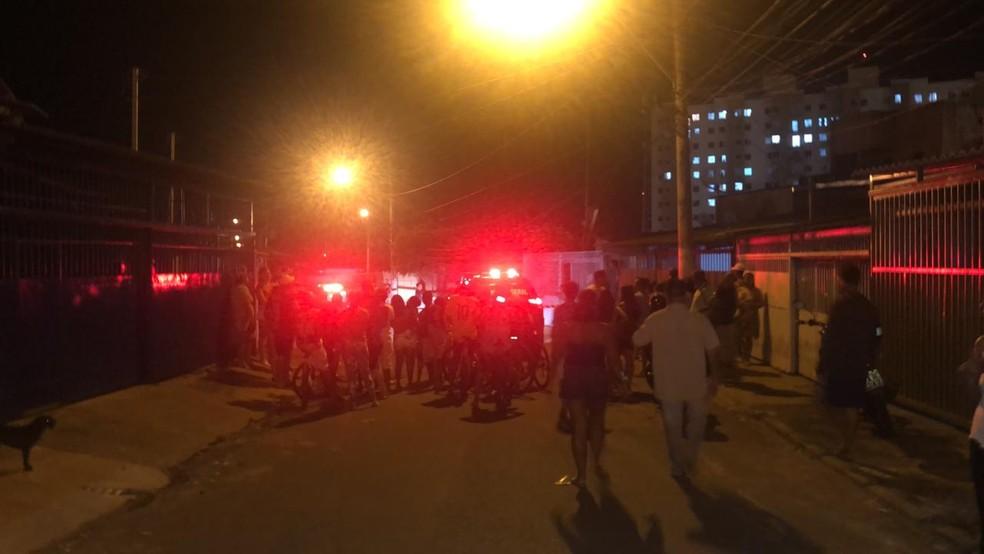 Corpo de mulher assassinada no DF foi encontrado no conjunto 4 da quadra 321 de Samambaia — Foto: Michele Mendes/TV Globo
