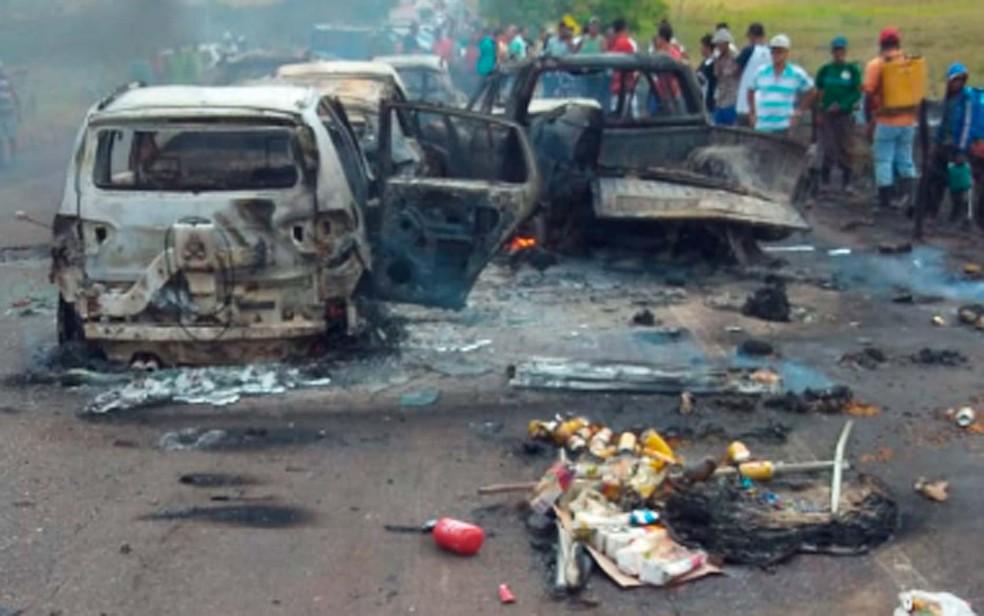 Objetos das pessoas que seguiam nos carros ficaram espalhados na BA-130, na região de Itororó — Foto: Keile Araújo/Itororó Já