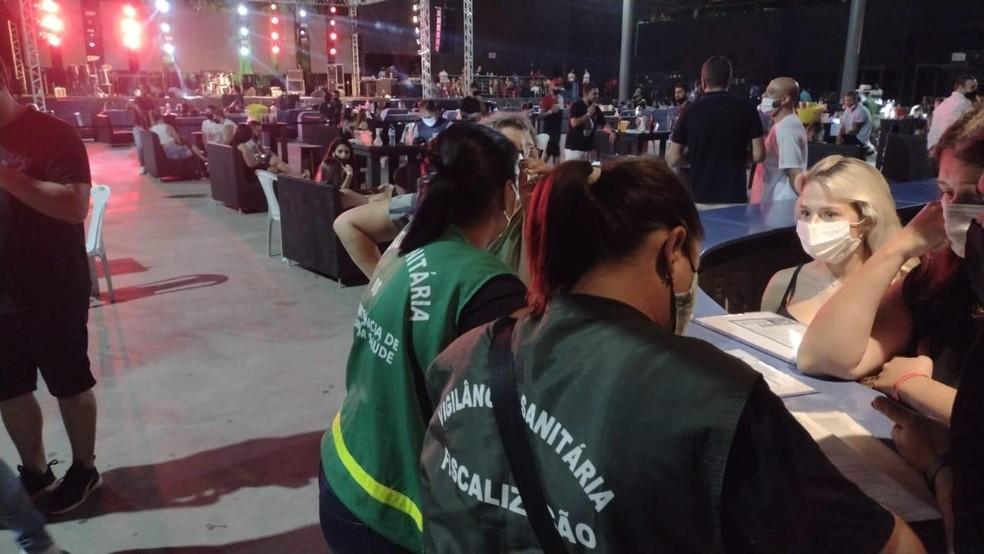 Domingo de carnaval teve dez estabelecimentos e festas foram vistoriados pela equipe da Vigilância Sanitária de Balneário Camboriú  — Foto: Prefeitura de Balneário Camboriú/Divulgação