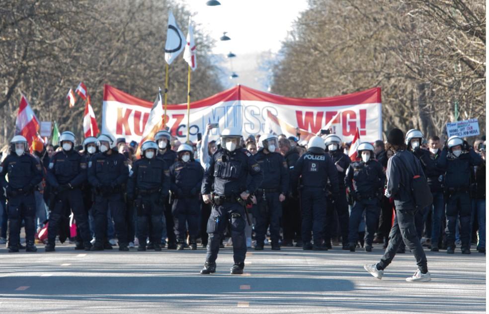 Manifestantes protestam contra restrições no funcionamento do comércio em Viena, na Áustria — Foto: Alex Halada/AFP