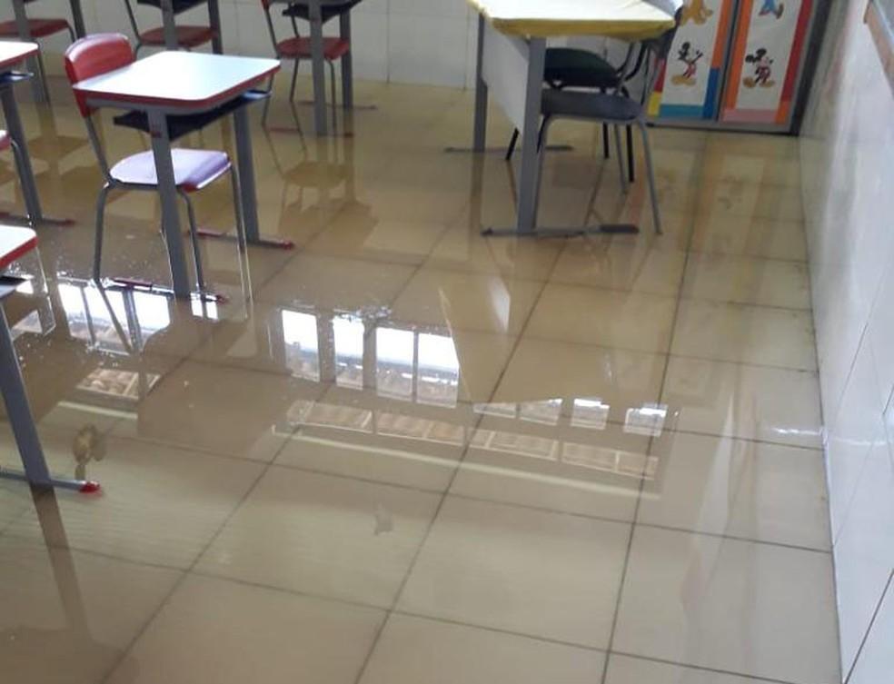 Escola do bairro das Palmeiras foi invadida pela água.  — Foto: Ascom Maragogipe
