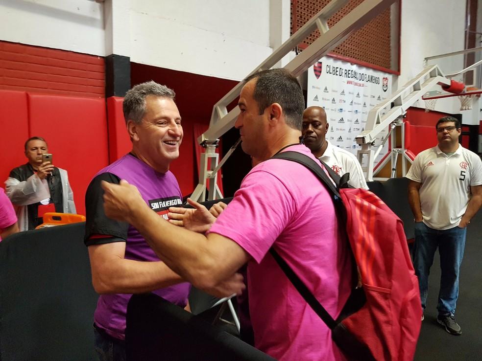 Ricardo Lomba e Rodolfo Landim se cumprimentam na Gávea durante eleição — Foto: Marcelo Baltar