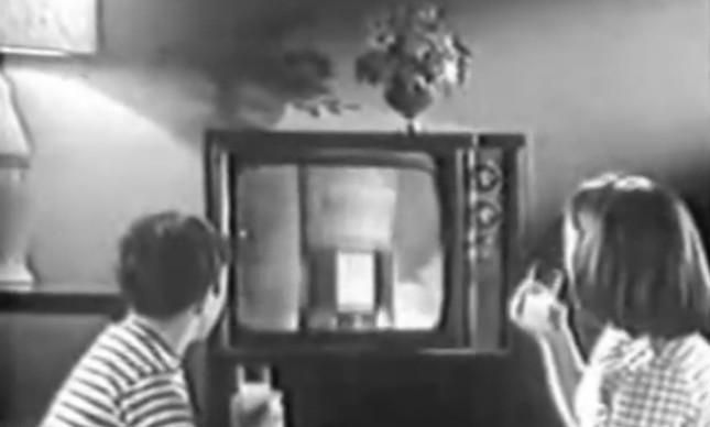 Crianças vendo lançamento de foguete em comercial de Tang de 1966