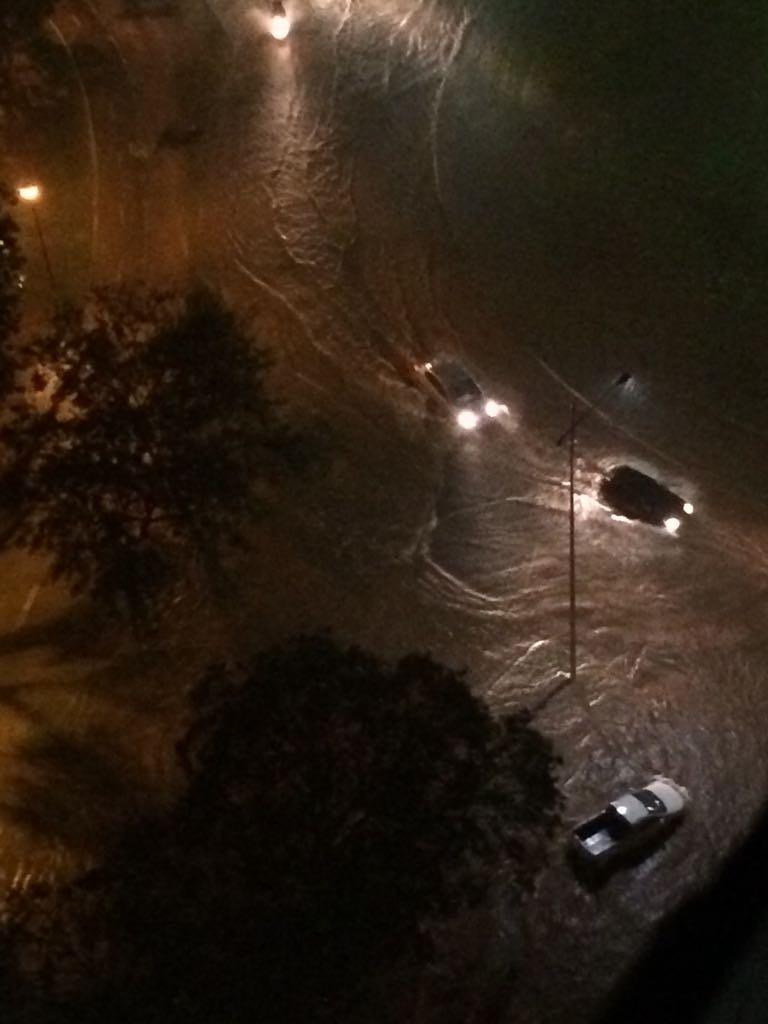 Chuva alaga feira improvisada e deixa carros ilhados em Palmas