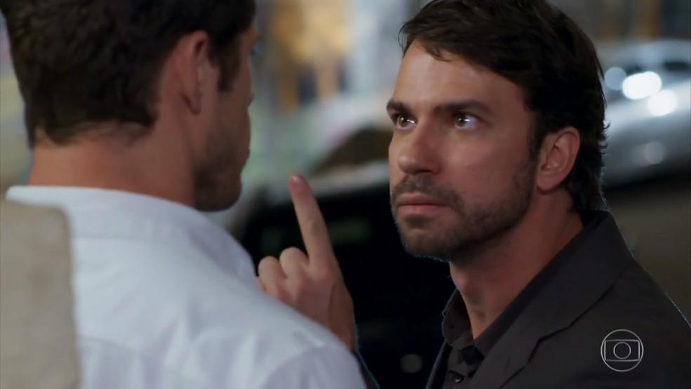 Guto (Daniel Tavares) ameaça Adônis para que ele pague a dívida - 'Haja Coração' — Foto: Globo