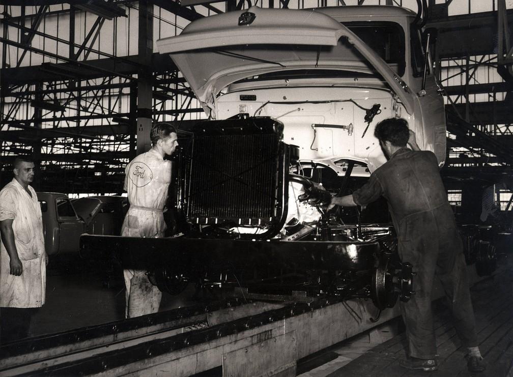 Linha de montagem da Ford Motors do Brasil, construindo o primeiro caminhão da empresa fabricado no país, o F-600. Os caminhões eram produzidos na fábrica da Ford no Ipiranga, na Zona Sul de São Paulo — Foto: Estadão Conteúdo/Arquivo