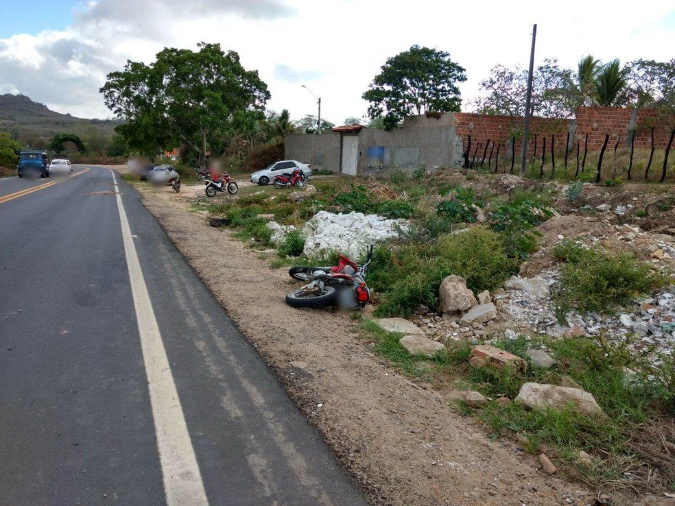 Moto foi arremessada para as margens da rodovia (Foto: Amanda Dantas/TV Asa Branca)