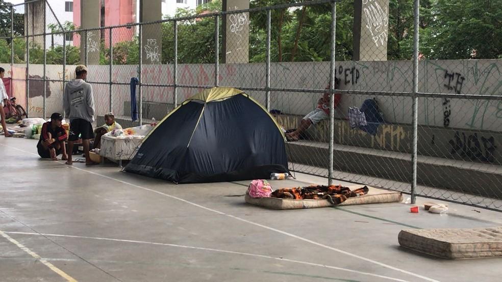 Famílias foram retiradas de condomínio do Governo Federal, ocupado de forma irregular, e dormiram em praça (Foto: Ítalo Di Lucena/TV Cabo Branco)
