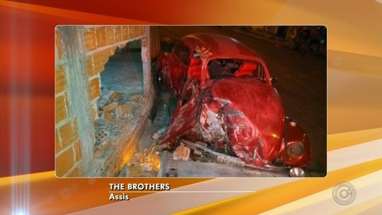 Carro desgovernado atinge muro de casa em Assis e moradora fica ferida