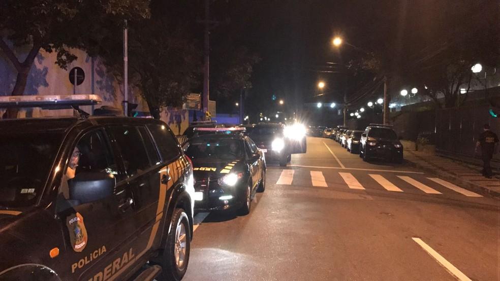 Carros da PF saem para cumprir mandados em operação nesta segunda  (Foto: Amós Alexandre/GloboNews)